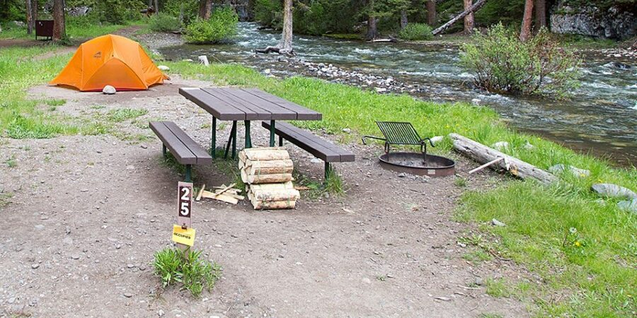 Персональная зона отдыха в кемпинге Pebble Creek, Йеллоустоун