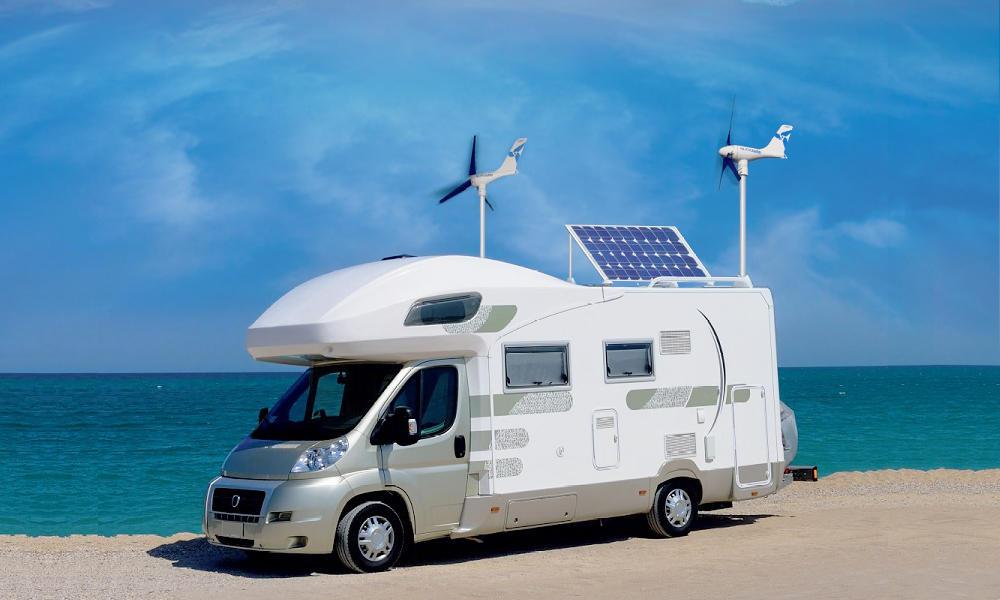 Солнечная панель и ветрогенераторы на крыше автодома