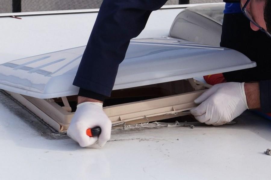 Аккуратно прорезаем старый герметик между крышей кемпера и рамкой люка с целью полностью отделить люк от крыши