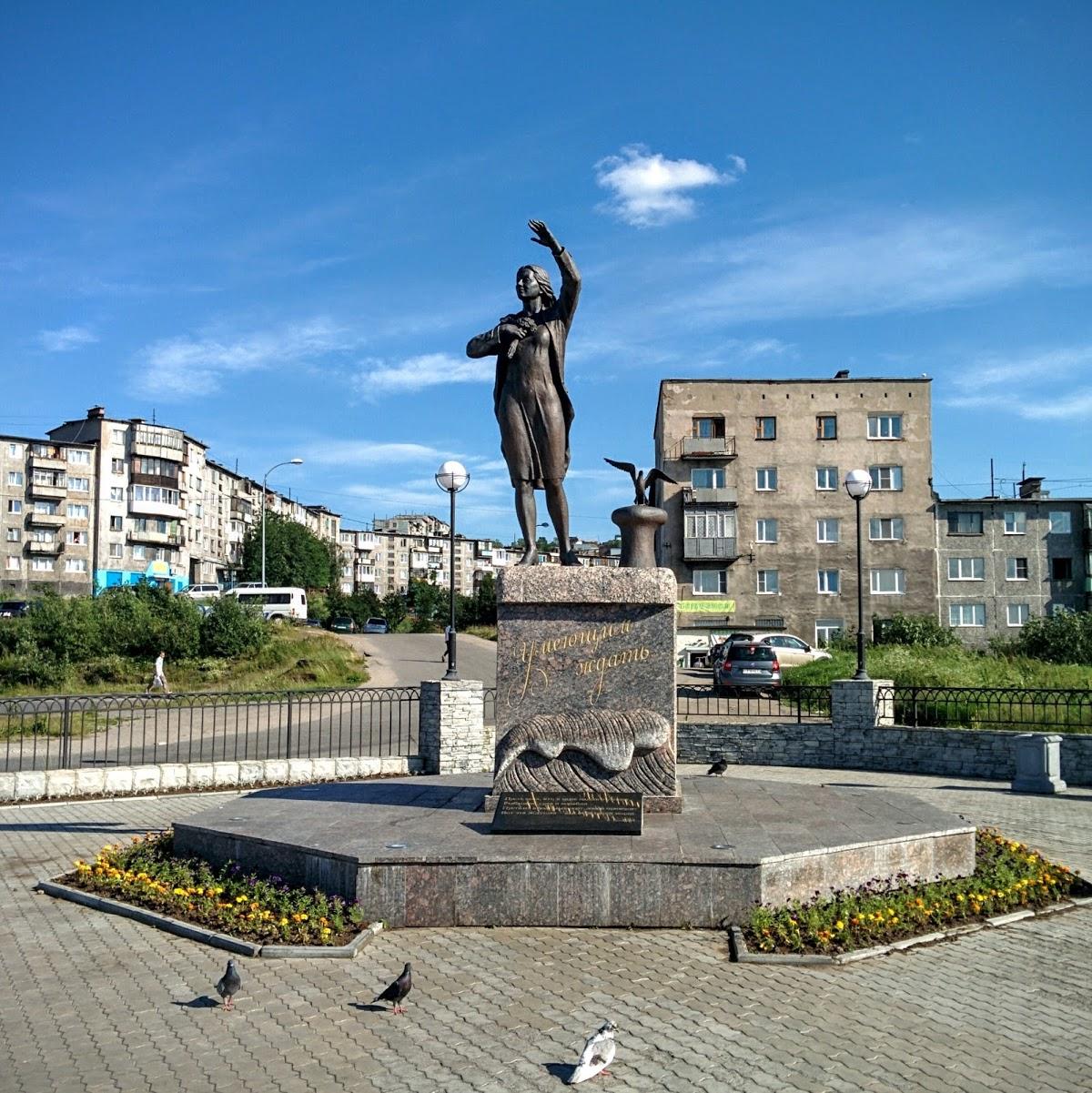 Скульптура Ждущая. Памятник женщине, ждущей своего моряка.
