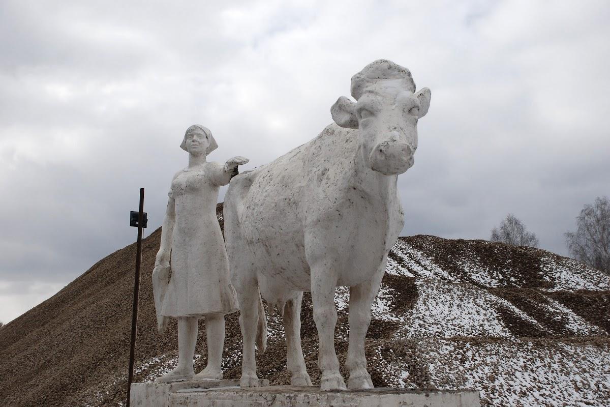 Памятник доярке.